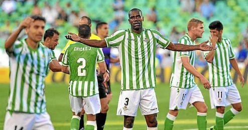Los jugadores del Betis durante el último partido en el Villamarín esta temporada, ante el Valladolid.