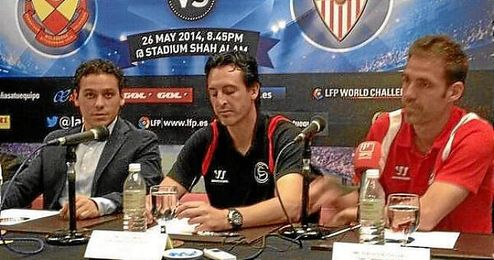 Del Nido Carrasco, junto a Emery y Fernando Navarro en la presentación.