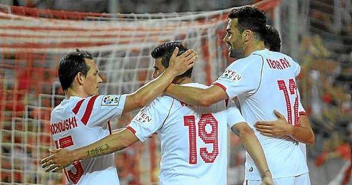 Los jugadores del Sevilla celebran un gol.