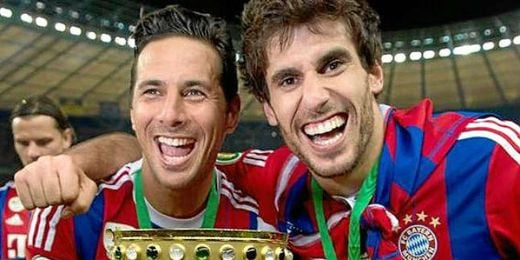 Pizarro junto a Javi Martínez celebrando la copa alemana