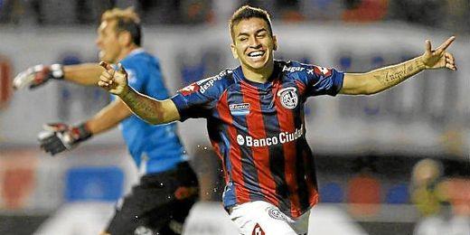 Ángel Correa celebrando un gol con San Lorenzo de Almagro.