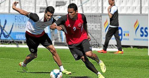 Bacca y Vitolo durante un entrenamiento.