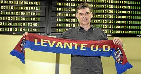 Mendilibar posa con la bufanda de su nuevo equipo, el Levante.