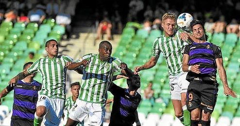 Paulao y Perquis defenden una jugada a balón parado.