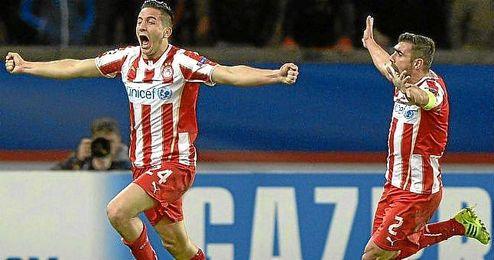 Manolas (izquierda) celebra un gol conseguido ante el PSG en Liga de Campeones.