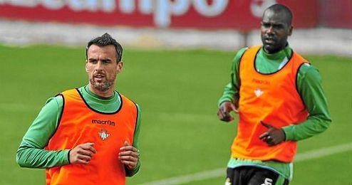 Amaya en un entrenamiento del Betis; al fondo, Paulao.