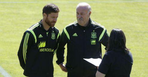 Xabi Alonso dialoga con Del Bosque durante un entrenamiento.