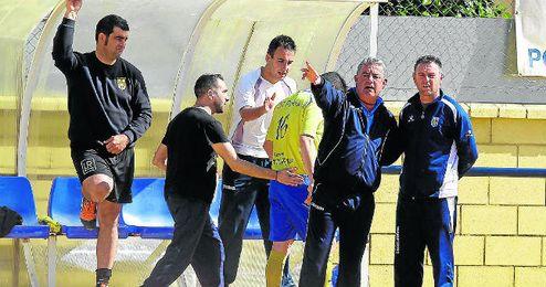 Emilio López habla con su ayudante durante un partido de esta temporada.