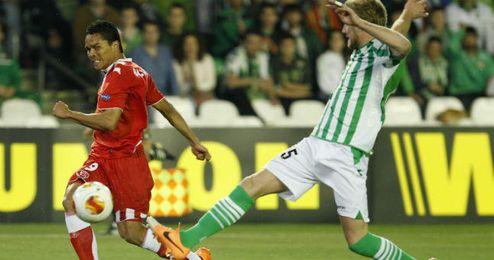 El defensa francés del Betis, Damien Perquis, ante el delantero colombiano del Sevilla, Carlos Bacca.