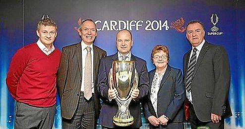 El director ejecutivo de la FAW, Jonathan Ford, sostiene la Supercopa de la UEFA flanqueado por Solskjær, el ministro del gobierno de Gales, John Griffiths, la concejal Heather Joyce y Kevin Ratcliffe.
