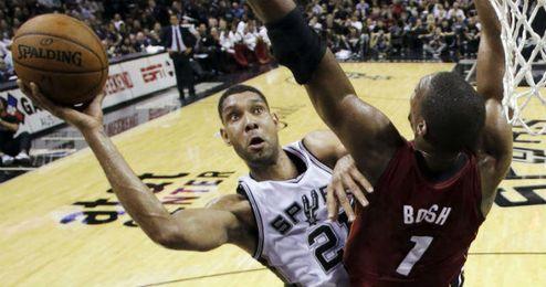 Tim Duncan intenta anotar ante la defensa de Chris Bosh.