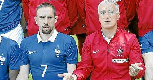 Ribery, junto a Deschamps en la foto oficial de la selección francesa.