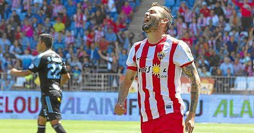 Aleix Vidal se lamenta en un partido con el Almería.