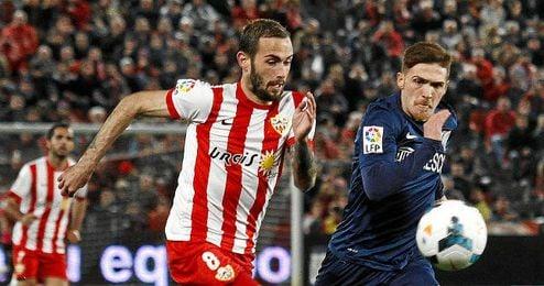Aleix Vidal corre junto a Antunes, otro objetivo sevillista.