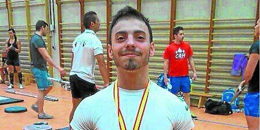 El haltera sevillano Josué Brachi posa con la medalla conquistada.