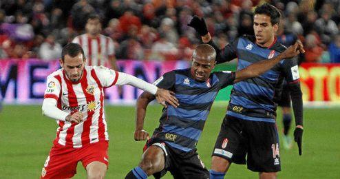 Aleix Vidal, en un duelo ante el Granada de la pasada temporada.