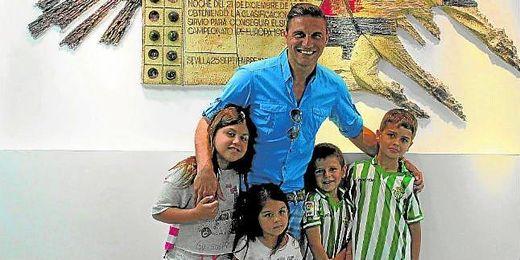 El atacante portuense posa junto a sus hijas y los de Juanito en el Benito Villamarín.