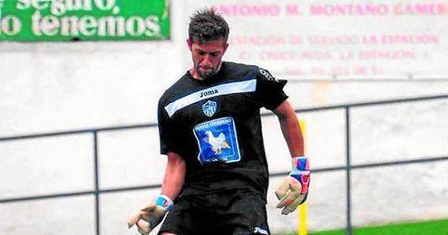 En la imagen, Javi Romero golpea el esférico en un lance de un encuentro de la presente temporada.