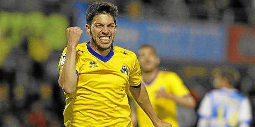El malagueño Dani Pacheco celebra el gol que anotó ante el Sabadell.