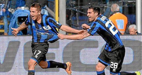 Carlos Carmona celebra un gol con la camiseta de Atalanta.