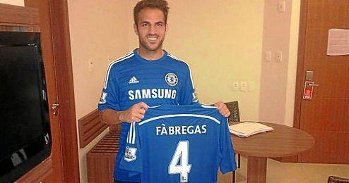 Cesc Fàbregas ya posa con su camiseta del Chelsea.