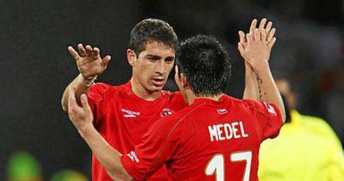 Carmona, junto a Medel, con la selección chilena.