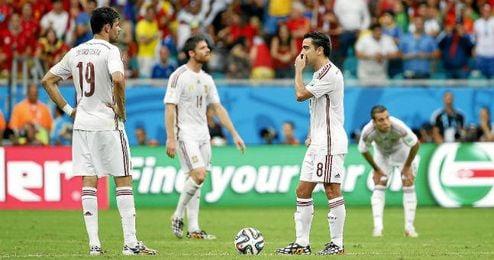 Los jugadores españoles, abatidos tras uno de los goles de Holanda.