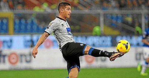 Carlos Carmona intenta controlar el balón en un partido con el Atalanta.