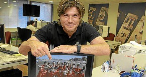 Agustín López posa en la redacción de ESTADIO Deportivo con la imagen de su plantilla, la del División de Honor juvenil, con la que se enfrentará al Barça