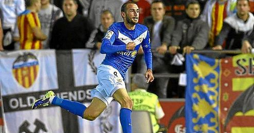 Aleix Vidal celebra un gol con el Almería en el partido frente al Valencia.