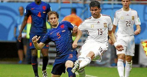 El holand�s Blind presiona a Diego Costa en el partido del pasado viernes.