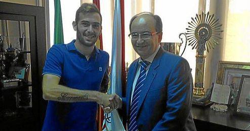 Aleix Vidal estrecha la mano al presidente del Sevilla José Castro.