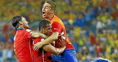 Carlos Carmona se abraza a Beausejour y Pinilla celebrando el gol del primero ante Australia.