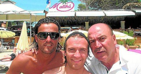 Labi Champion, a la izquierda, junto a Kiko y su ´sobrino´ Diego Capel en el Malibú.