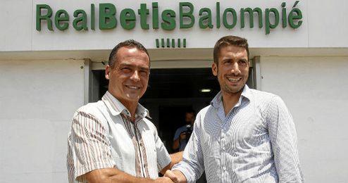 Julio Velázquez, junto a Alexis, a su llegada al estadio Benito Villamarín.
