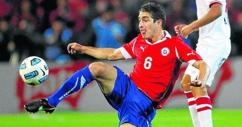 Carlos Carmona en un partido con Chile.