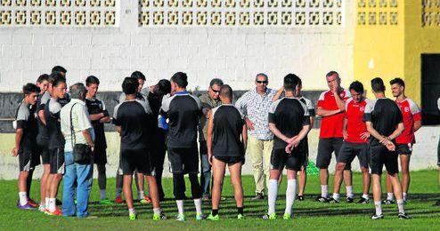 La plantilla celebra un entrenamiento en Mairena del Alcor.