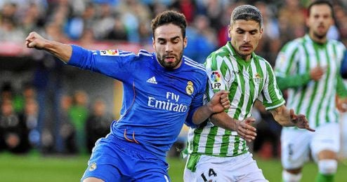 Salva Sevilla pugna con Carvajal en un encuentro de la pasada temporada.