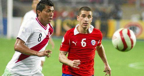 Carlos Carmona, durante un partido con la selección chilena.