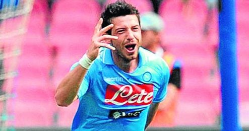 Blerim Dzemaili celebra un gol con la elástica del Napoli.