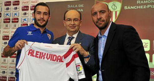 Aleix Vidal, José Castro y Monchi, durante la presentación del ex del Almería.