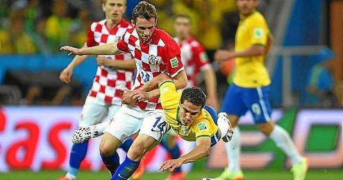 Brozovic en un lance con Hernanes, durante el Brasil-Croacia.