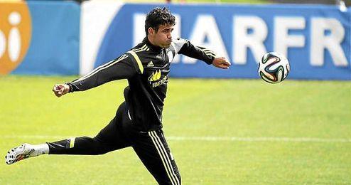 Diego Costa en un entrenamiento con España; ya es oficialmente jugador del Chelsea.