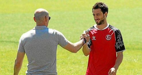 Nico Pareja saludo a Monchi durante un entrenamiento.