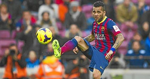 El lateral culé Dani Alves controla un balón durante un partido de Liga. e1c25a4e76c