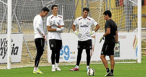 Sergio Rico, David Soria y Juan Soriano, con el preparador de porteros.