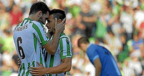 Jordi Figuera abraza a Rubén Castro tras el 1-0.