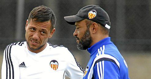 Alves junto al entrenador valencianista, Nuno Espirito Santo.