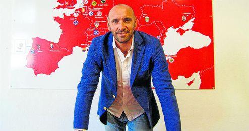 El director deportivo del Sevilla, Monchi, posa para ESTADIO Deportivo en las oficinas del estadio Ramón Sánchez Pizjuán.