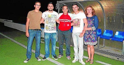 José Carrión, en el centro de la imagen, y el presidente, a su izquierda, junto a otros miembros de la directiva.